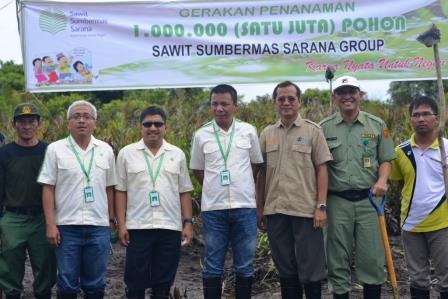 TANAM MANGROVE: Direktur Utama PT Sawit Sumber Mas Sarana (SSMS) Tbk., Rimbun Situmorang dan jajaran direksi Citra Borneo Indah Group dan SSMS Group, dalam kegiatan penanaman mangrove di Tambak Anyak, Senin (9/2). Kegiatan ini juga diikuti Kepala BKSDA Kalteng Nandang Priyadi dan Kepala BLH Kotawaringin Barat, Fahrizal Fitri.