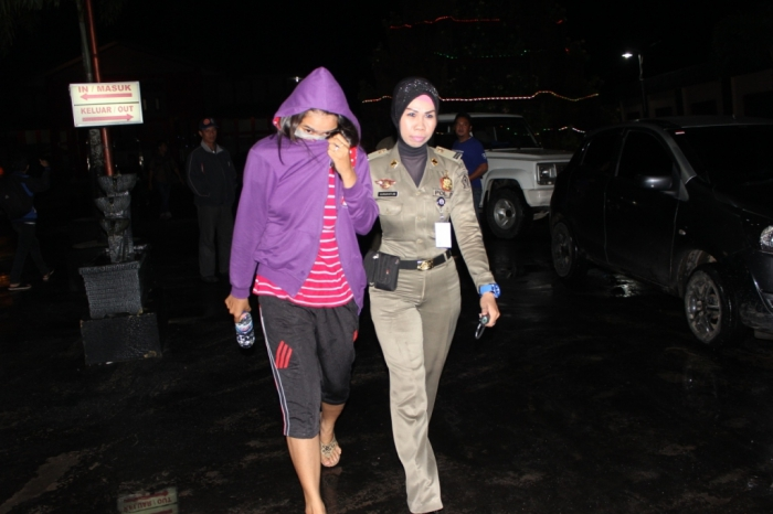 TERJARING RAZIA : IA yang merupakan mantan pegawai KPU terjaring razia pekat sedang berduaan dengan pacarnya di salah satu kamar hotel di Sampit, Minggu (2/3) malam.