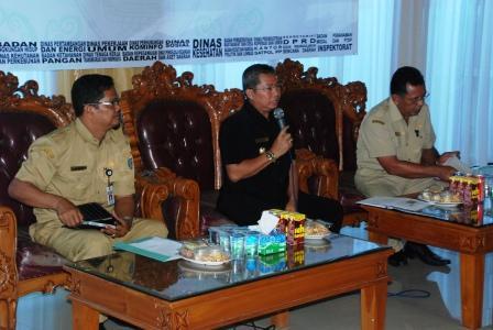 JUMPA PERS: Bupati Seruyan Sudarsono didampingi Kepala Bappeda Haryono dan Assisten II Jainudin, saat menggelar jumpa pers di Aula Rumah Jabatan Bupati di Kuala Pembuang, Rabu (4/3)