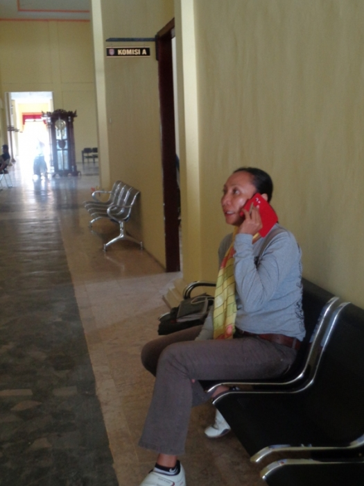 MENGADU KE DPRD: Petronila alias Estin menunggu anggota DPRD Kotawaringin Barat untuk mengadukan soal kekerasan kepada ayahnya yang menurutnya dilakukan oleh tentara TNI AU dari Lanud Iskandar Pangkalan Bun pada Rabu (1/4/2015)