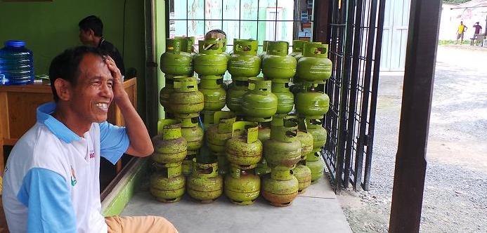 MENUNGGU PEMBELI : Seorang pedagang gas elpiji sedang menunggu pembeli.