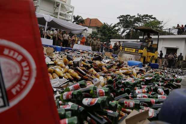 Pemusnahan minuman keras, yang diamankan dari razia di lapangan. Anggota Komisi C DPRD Palangka Raya, Subandi, Rabu (25/5/2016), minta Pemkot memastikan penjualan miras jauh dari sarana publik. BORNEONEWS/DOK