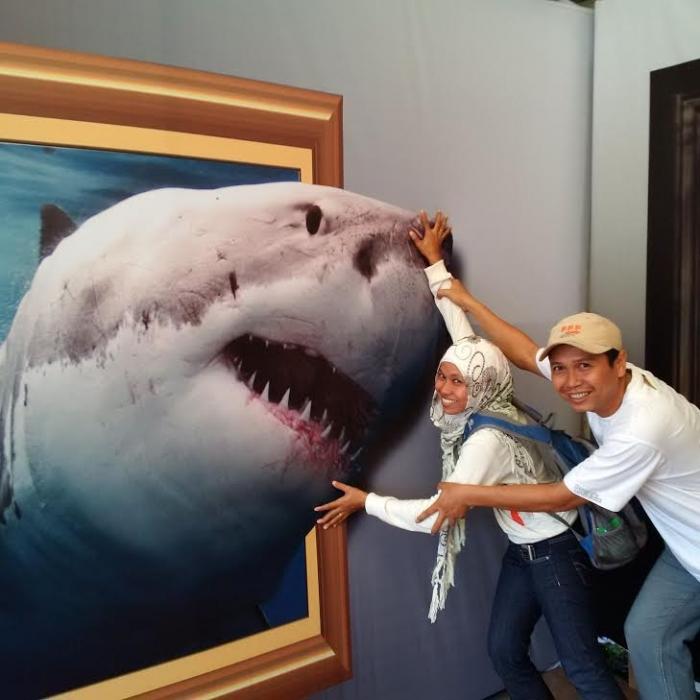 SAMPIT EXPO 2015: Persatuan Wartawan Indonesia (PWI) Kabupaten Kotawaringin Timur (Kotim), Kalteng, tampil beda di stand Sampit Expo 2015, yang dibuka hari ini (25/4/2014) hingga 2 Mei 2015. Mereka menyuguhkan sebuah foto tiga dimensi yang menampilkan ikan hiu melompat dari laut dengan ukuran mirip aslinya.
