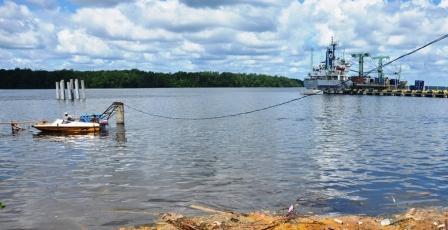 BERSIH: Sungai Kalaf (Sungai Kumai) mulai tampak bersih dari tumpahan CPO. Diduga kualitas air masih di bawah batas normal, dan salah satu indikasinya tidak ada ikan yang mati di sungai tersebut.