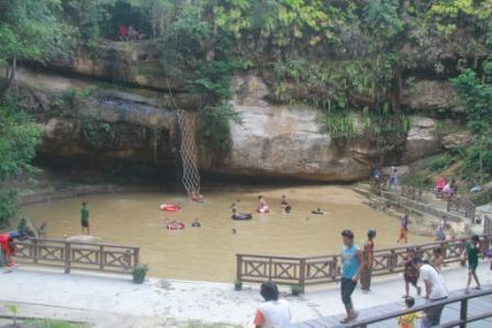 KERING: Air Terjun Batu Mahasur Kering,  akibatnya genangan air yang ada di bawahnya keruh dan kotor. Warga  enggan berkunjung.