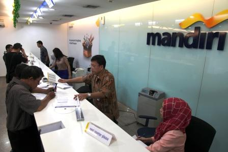 BANK MANDIRI : Nasabah melakukan transaksi di Cabang Bank Mandiri Cikini, Jakarta, Selasa (21/7/2015). Di Kotim, seorang nasabah prioritas Bank Mandiri menggugat bank milik pemerintah tersebut dan memenangkan perkaranya.