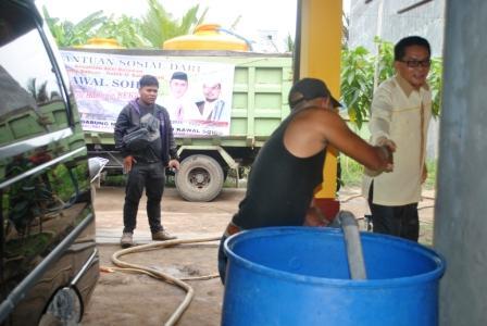 Relawan Sugianto Sabran-Habib Said Ismail, dipimpin H Ruslan (kanan) menyalurkan air bersih di Desa Basirih Hilir, Kecamatan Mentaya Hilir Selatan, Kotawaringin Timur, Jumat (14/8/2015). Camat Teluk Sampig, Syamsul Rizal, Jumat (27/5/2016), memprogramkan