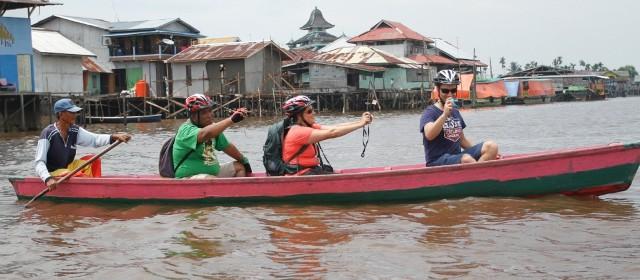Tur Susur Sungai Bersepeda Disukai Bule