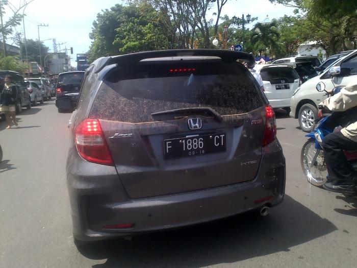 Tampak mobil pelat  Pulau Jawa ketika di Pangkalan Bun. PAD Kalteng terbesar dari pajak kendaraan.