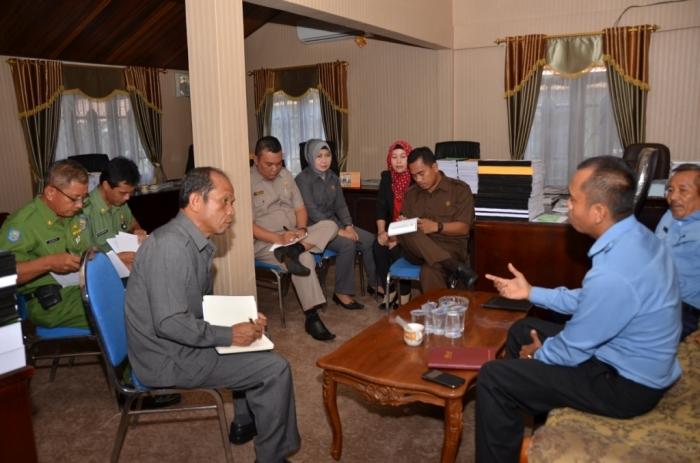 Komisi IV DPRD Kotim menggelar rapat dengan manajemen PDAM Dharma Tirta Sampit, dipimpin Ketua Komisi IV DPRD Kotim Jainudin Karim, beberapa waktu lalu. BORNEONEWS/RIFQI