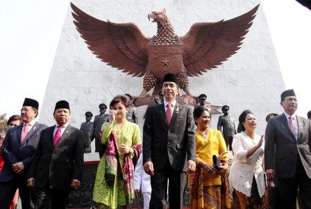HARI KESAKTIAN PANCASILA : Presiden Joko Widodo (tengah) dan Ibu Negara Iriana Jokowi (ketiga dari kanan), berjalan bersama Menkopohukam Luhut Binasar Pandjaitan (kanan), Ketua DPD Irman Gusman (kiri), dan Ketua DPR Setya Novanto (kedua dari kiri) usai meninjau Monumen Pancasila Sakti dalam rangkaian Peringatan Hari Kesaktian Pancasila 2015 di kawasan Lubang Buaya, Jakarta, Kamis (1/10/2015).