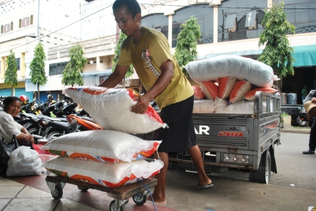 Ilustrasi: Buruh angkut beras di kawasan PPM Sampit. Beras cap Ikan Jelawat Rp11 ribu per kg, produksi petani di Kotim, siap dipasarkan ke masyarakat dan ASN sesuai himbauan Bupati Kotim, Supian Hadi. BORNEONEWS/DOK