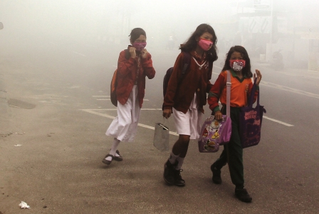 Siswi SD tetap ke sekolah di tengah kepungan kabut asap, di Kabupaten Katingan, Kalimantan Tengah, beberapa waktu lalu. DOK BORNEONEWS