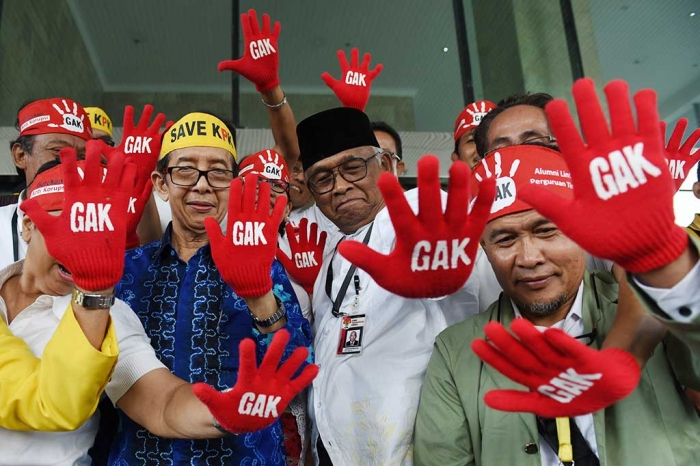 MELAWAN: Plt Ketua KPK, Taufiequrachman Ruki, berada di tengah-tengah aksi Gerakan Anti Korupsi (GAK) dari mahasiswa dan alumni lintas perguruan tinggi, di lobi Gedung KPK, Jakarta, Jumat (9/10/2015).