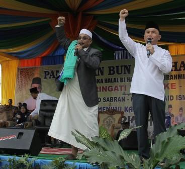 Sugianto Sabran (kanan) bersama Habib H. Said Ismail, saat kampanye Pilgub Kalteng 2016. Di Kobar, Minggu (29/5/2016), Gubernur Sugianto Sabran menilai tokoh-tokoh wilayah Barat Kalteng belum siap dan belum bersatu wujudkan pemekaran Provinsi Kotawaringin