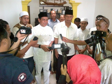 BUPATI TERPILIH : Calon Bupati Kotabaru Sayed Jafar Al-Idrus memberikan keterangan kepada wartawan setelah memastikan diri keluar sebagai pemenang pemilu kada periode 2016-2021, beberapa waktu lalu. Sayed bersama wakilnya Burhanuddin dijadwalkan resmi dil