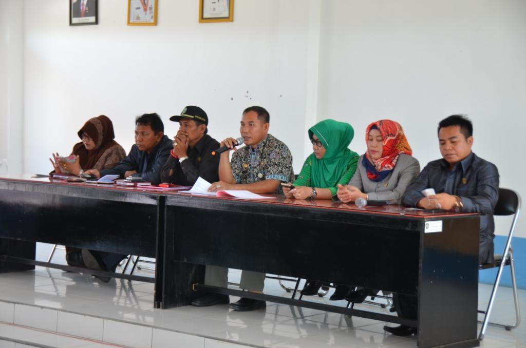 RESES: Anggota DPRD Kotim dari Dapil Kotim I saat menggelar reses beberapa waktu lalu. DPRD menyambut baik adanya usulan pembangunan pabrik pengolahan kelapa di wilayah selatan.