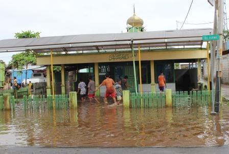 GENANGAN AIR : Sejumlah anak bermain di depan musala yang terendam air akibat hujan. Beberapa wilayah di Kotim menjadi langganan banjir ketika hujan turun dengan intensitas tinggi. BORNEO: M RIFQY
