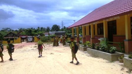 DANA BOS TERSENDAT : Murid SD Negeri 2 Amin Jaya membubarkan diri seusai jam pelajaran, Jumat (19/2/2016). Sampai saat ini, masih banyak sekolah yang belum menerima pembayaran dana BOS triwulan IV tahun 2015 secara penuh.