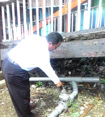 PUTUS : Direktur PDAM Kapuas, Widodo memperlihatkan pipa yang putus, Rabu (24/2/2016)