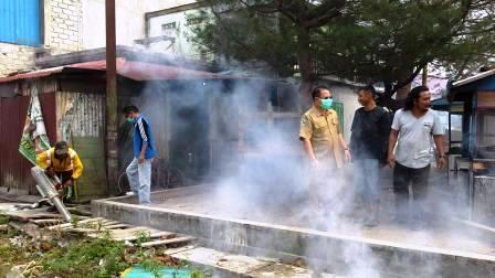 Aksi pengasapan (fogging) untuk mencegah penyakit demam berdarah dengue (DBD) di Kotawaringin Barat. BORNEO/DOK
