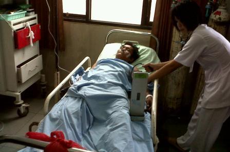 Pria tak dikenal yang terjun dari tower 42 meter itu dirawat di ruang IGD RS Doris Sylvanus, Palangka Raya. (foto: budi)