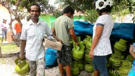 GRATIS : Sejumlah warga Kelurahan Mendawai, Kabupaten Sukamara sedang mengambil tabung gas gratis bantuan dari pemerintah, beberapa waktu lalu. Sementara itu di Kabupaten Kobar, Bupati Kobar Bambang Purwanto menyayangkan penarikan minyak tanah bersubsidi