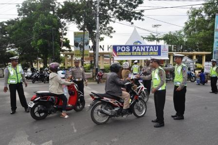 Satuan Lalu Lintas Polres Barito Utara membagikan pamflet pembuatan SIM kepada pengendara pada Operasi Simpatik, Selasa (15/3/2017).