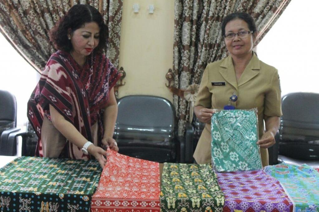 Istri Bupati Lamandau Maria Neva Marliana Marukan saat menunjukkan berbagai motif batik khas Lamandau. BORNEONEWS/HENDI NURFALAH