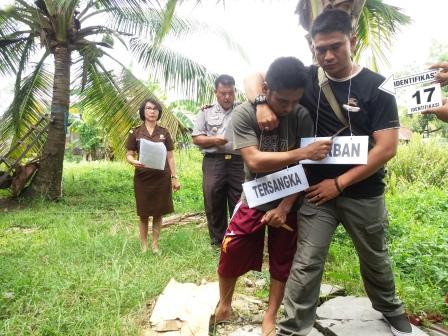 REKA ULANG : Tajrin (25) warga Desa Pundu, Kecamatan Cempaga Hulu melakukan reka ulang pembunuhan terhadap pembunuh Bayu (25) sesama warga Desa Pundu di Mapolres Sampit, Selasa (22/3/2016).