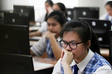 UNBK: Schoolgirl một trong các trường học ở Jakarta máy tính quốc gia Exams Dựa (UNBK).  Năm cựu chiến binh, có hai trường sẽ thực hiện UNBK.