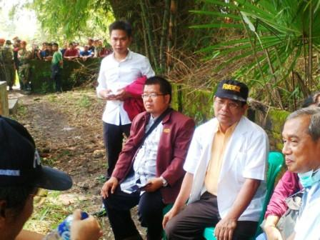 Khám nghiệm tử thi: nhóm các bác sĩ pháp y từ PP Muhammadiyah thực hiện khám nghiệm trên xác chết Siyono.