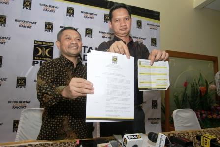 UMUMKAN PECAT FAHRI: Ketua Bidang Humas DPP PKS Dedi Supriadi (kanan) bersama Ketua Departemen Hukum dan Advokasi Bidang Pemenangan Pemilu PKS Zaenudin Paru (kiri) menunjukkan surat keputusan pemberhentian Fahri Hamzah di Kantor DPP PKS, Jakarta, Senin (4