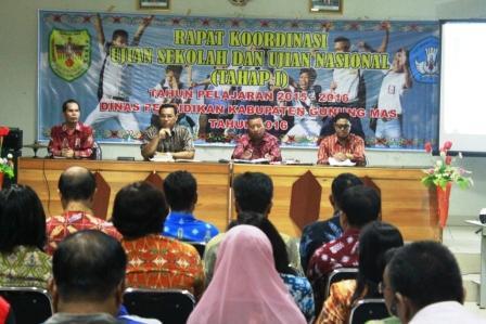 Rakor UAS LHQ SD-SMP: Trưởng Giáo dục huyện Văn phòng Gumas (thứ hai từ trái) phát biểu trong lễ khai mạc kỳ thi cuối cấp cuộc họp phối hợp và giai đoạn thử nghiệm quốc gia tôi trong hội trường Zephaniah sạn, Kuala Kurun, thứ Hai (2016/04/04) đêm.