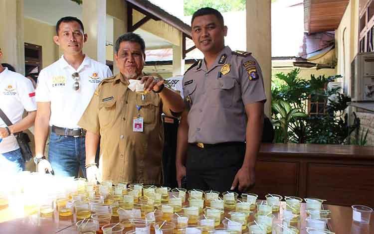 ILUSTRASI: Kepala Dinas PU Kotim, Machmoer (tengah), menunjukkan tes urine bagi ASN PU Kotim. Kadis PU Kotim, Rabu (11/1/2017), sosialisasikan aturan hukum pelaksanaan proyek kepada mitranya. BORNEONEWS/RAFIUDIN/DOK
