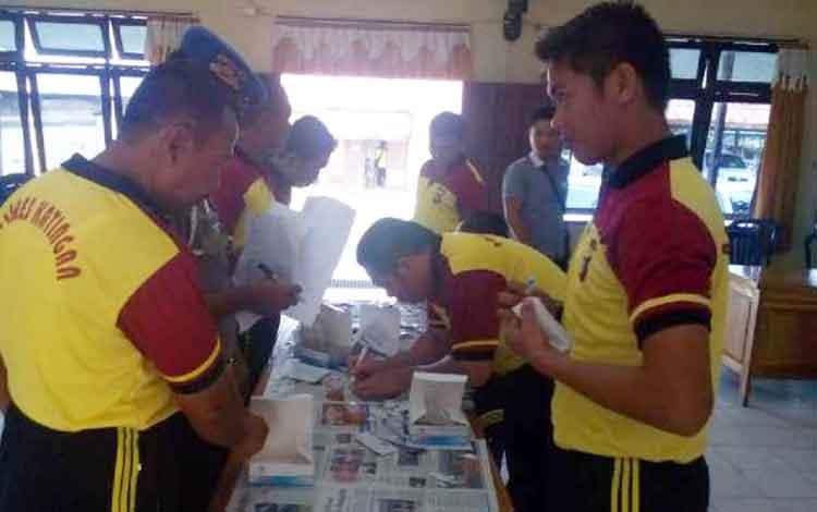 Một số thành viên của cảnh sát Katingan khi trải qua các xét nghiệm nước tiểu.  BORNEONEWS / Abdul Gofur