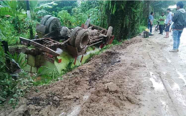 Sejumlah warga melihat truk tangki yang terbalik di Jl HM Arsyad Km 8, Kecamatan Mentawa Baru Ketapang, Kotim. BORNEONEWS/HAMIM