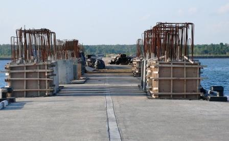 DERMAGA SEGINTUNG: Dermaga Pelabuhan Teluk Segintung saat masih dalam pengerjaan. Akses jalan menuju pelabuhan ini belum dibangun dengan layak.