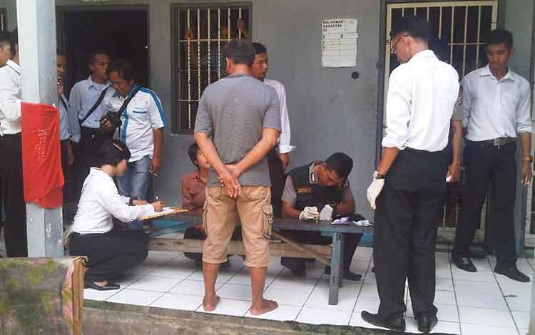 Tim gabungan terdiri dari aparat kepolisian Polres Barito Selatan, Polsek Dusun Selatan dan Kodim 1012/Buntok mengobrak-abrik Rutan Buntok dalam razia peredaran narkoba. Senin (18/4/2016). BORNEONEWS/URIUTU DJAPER