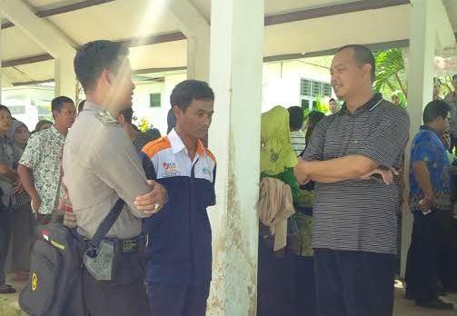 Wakil Bupati Sukamara, Windu Subagio mengucapkan belasungkawa kepada suami korban yang menggunakan baju seragam PT. PLN saat usai melihat jenazah korban yang sedang diotopsi di Rumah Sakit Umum Daerah (RSUD) Sukamara pada tanggal 28 April 2016.