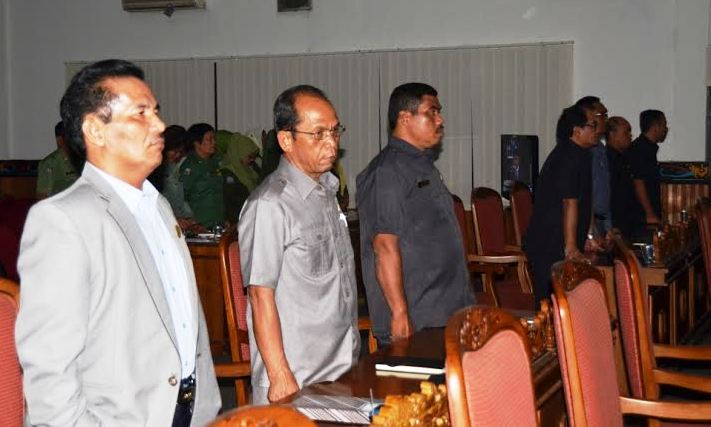 Anggota Komisi II DPRD Kabupaten Kotim Roy Lumban Gaol (kiri), saat mengikuti Rapat Paripurna DPRD Kotim. BORNEONEWS/.RIFQI
