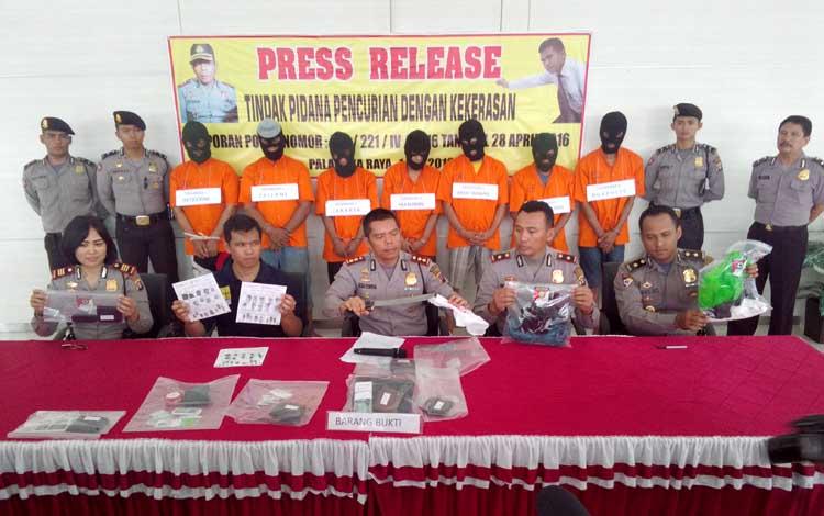 Kapolres AKBP Jukiman Situmorang (depan tengah) didampingi Wakapolres, Kabag Ops, Kasat Reskrim dan Kapolsek Pahandut menunjukan barang bukti serta tujuh tersangka yang telah ditangkap, Minggu (1/5/2016).