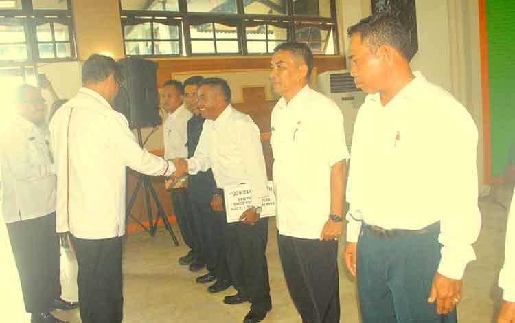 Para kepala desa (Kades) di Barito Selatan (Barsel) menerima pencairan Dana Desa (DD) tahap pertama 2016. BORNEONEWS/URIUTU DJAPER