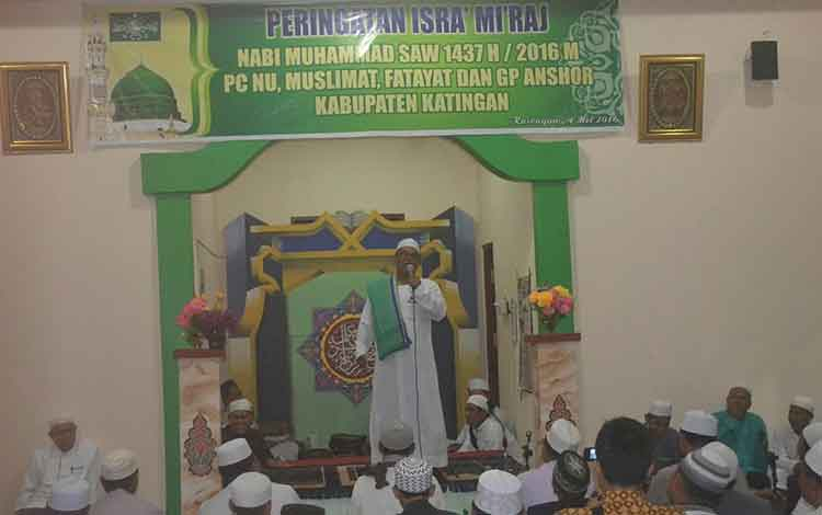 Wakil Gubernur Terpilih Kalteng, Habib Said Ismail saat memberikan tausiyahnya di hadapan ratusan warga NU Katingan di Musholla Raudatul Jannah Kasongan, Rabu (4/5) malam BORNEO/ABDUL GOFUR