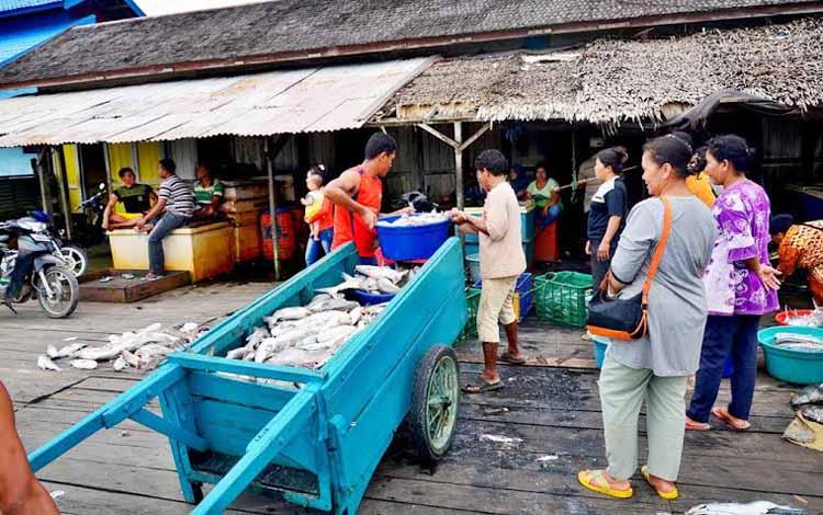 Lelang Ikan di Pangkalan Pendaratan Ikan (PPI) Kumai, Kotawaringin Barat, Kalimantan Tengah, masih terkendala dominasi Tengkulak. BORNEO/RADEN ARIYO