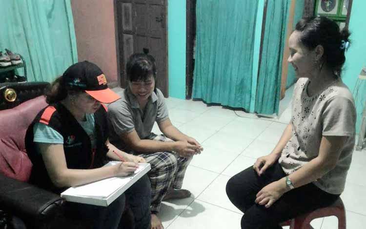 Gita (bertopi) sedang mencatat keterangan warga yang dikunjunginya dalam tugasnya sebagai Petugas Sensus Ekonomi 2016, di Palangka Raya, Jumat (20/5/2016). BORNEO/TESTI PRISCILLA