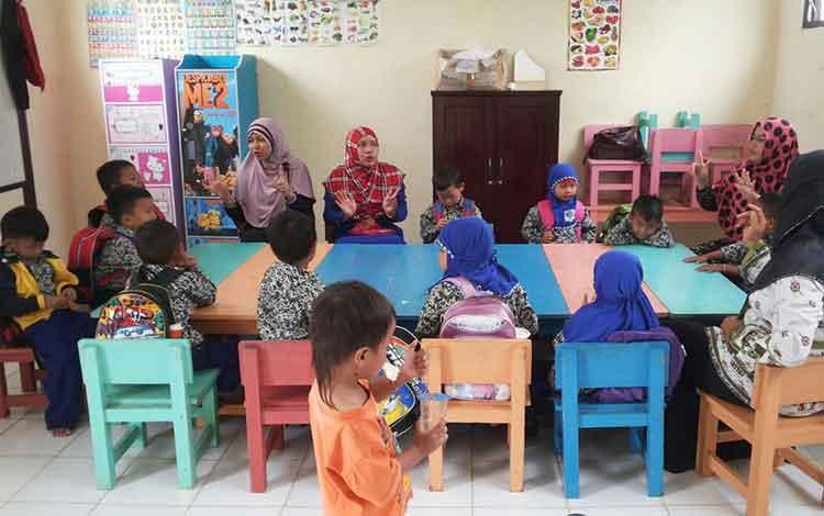 Kegiatan belajar mengajar di salah satu PAUD di Kabupaten Murung Raya.