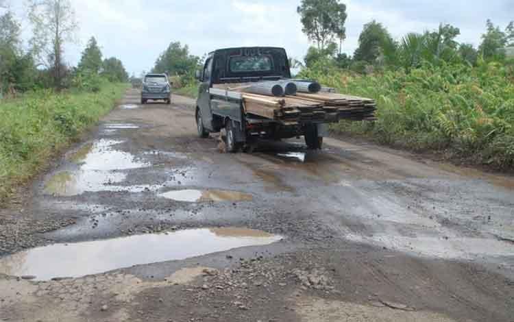 Tampak jalan penghubung Kotim-Seruyan sudah rusak. Kendaraan yang melintas harus hati-hati dan menghindari lubang yang semakin hari terus membesar. warga berharap pemerintah cepat memperbaiki jalan akses satu-satunya menuju Kabupaten Seruyan itu. BORNEONE