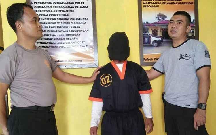 Misran, 40, pelaku pemerkosaan terhadap anak kandungnya didampingi dua anggota Polsek Pangkalan Banteng. BORNEONEWS/CECEP HERDI