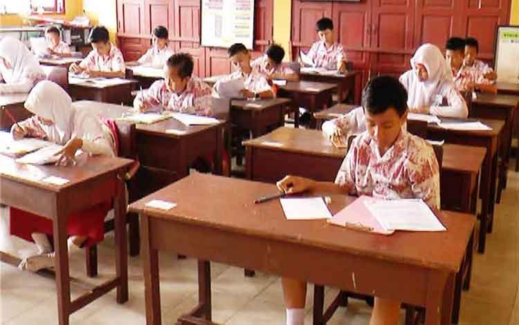 Sejumlah siswa SD saat mengikuti ujian nasional (UN) beberapa waktu lalu. Usai UN, sekolah akan memasuki tahun ajaran baru yang ditandai dengan penerimaan peserta didik baru. BORNEONEWS/RIFQI